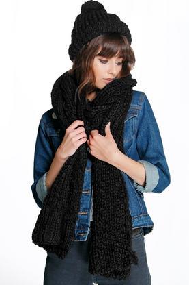 Gestrickter Schal und passende Mütze
